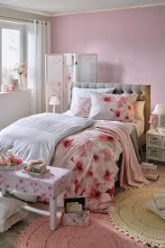 schlafzimmer mit boxspringbett und accessoires im rosa