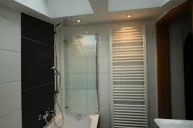 kleines bad mit badewanne und dusche aus meisterhand