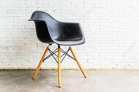 moderner stuhl auf weißer backsteinmauerhintergrund im café modernes wohnzimmer interieur