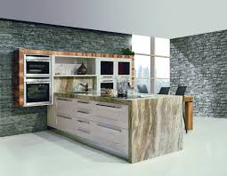 küche mit halbinsel mit marmorplatte glänzender