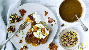 dattelkuchen mit olivenöl pistazienkrokant noan