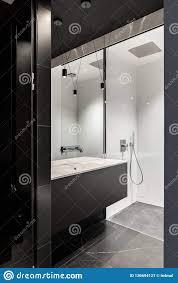 schwarzes zeitgenössisches und elegantes badezimmer