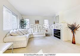 modernes wohnzimmer mit weißem sofa und kamin modernes
