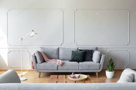 dunkle kissen und rosa decke auf der grauen im stilvollen wohnzimmer foto bialasiewicz auf envato elements
