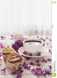 kleine kuchen mit sahne kaffee notizbuch und blumen