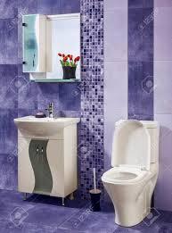 schön und stilvolles badezimmer mit blumen mit blauen kacheln verziert