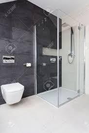 städtische wohnung moderne glas dusche im badezimmer
