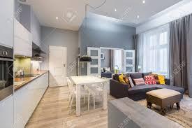 modernes apartment mit esstisch offener küche und wohnzimmer