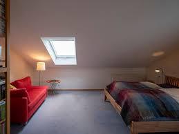 zimmer mit dachschräge optisch vergrößern 8 tipps velux