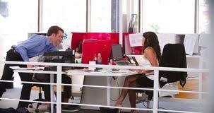 les gens travaillant aux bureaux dans le bureau ouvert moderne de