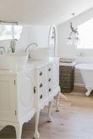 une commode blanche et élégante et deux vasques blancs et