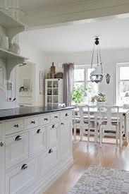 blick der küche ins esszimmer im bild kaufen