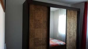 schlafzimmer schrank dunkelbraun front korb und spiegel