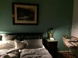 das schlafzimmer mit viel dunklem holz goldelemente