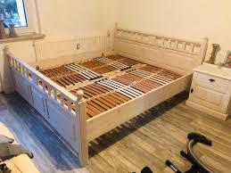 schlafzimmer bett aus holz mit lattenrost