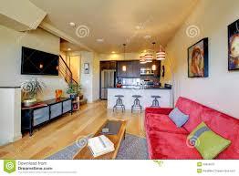 gelbes wohnzimmer ith rotes sofa und küche stockbild bild