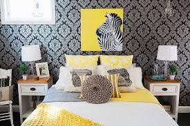 schlafzimmer mit dunkel gemusterter bild kaufen