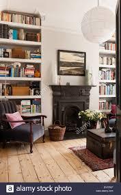 weiß gestrichene bücherregale im wohnzimmer mit kamin alte