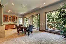 offene grundriss esszimmer mit blick auf küchenfront beige teppichboden und öffnete glas schiebetüren zum balkon northwest usa