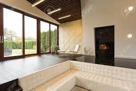 futuristisches wohnzimmer mit kamin klubsessel und weißem sofa