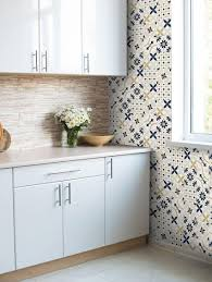 tapisserie pour cuisine faut il oser le papier peint en cuisine madame figaro