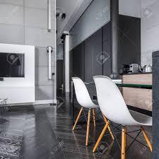 tv wohnzimmer mit grauen wandfliesen für küchenbereich