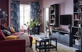 ein wohnzimmer zum wohlfühlen in dunklen farben ikea