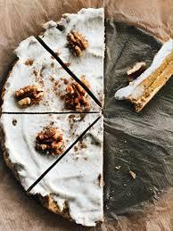 rohkost karotten nusskuchen mit cashewcreme dattelbär