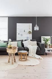 sofa vor wandpaneel und schwarzer wand bild kaufen
