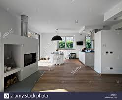 moderne esszimmer mit küche und kamin stockfotografie alamy