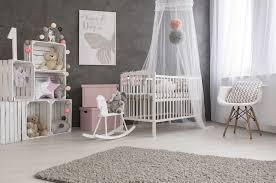 chambre bebe la chambre de bébé quelles couleurs et quels matériaux
