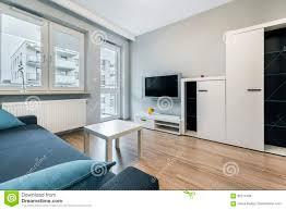 modernes wohnzimmer mit grauen wänden stockbild bild