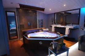 délassez vous dans une suite balnéo luxe avec baignoire spa à deux