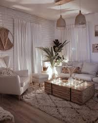 wohnzimmer rustikal mit leinen und truhentisch