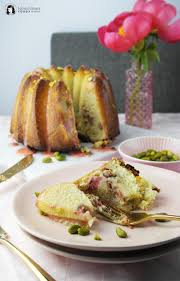 fluffiger saftiger rhabarber rührkuchen mit erdbeer glasur und pistazien