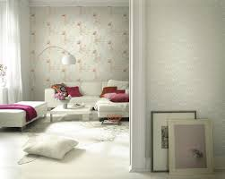 romantisches wohnzimmer mit roten dekoartikeln boge