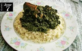 cuisine avec du riz lalo haïtien aux pattes de porc juste avant le départ