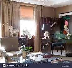 ecke aus wohnzimmer mit schreibtisch und hartholz bildschirm