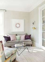 feminines wohnzimmer in pastellfarben bild kaufen