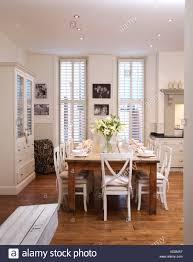 weiße stühle bei einfachen holztisch in modernen weißen
