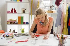 bureau de styliste styliste et tailleur travaillant au croquis à bureau photo
