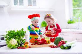kochen frischer gemüsesalat in einer weißen küche kinder kochen gemüse für vegetarische mittagessen kleinkind und baby gesund essen abendessen