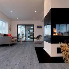 parkettboden in grau in einem wohnzimmer mit kamin grauer