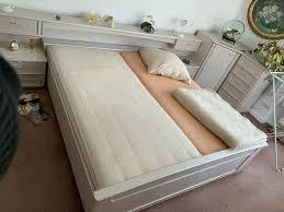 schlafzimmer mit bett und schränken