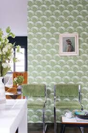 grün gestaltetes wohnzimmer mit gemusterter tapete