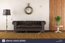 vintage wohnzimmer mit klassischen sofa holzvertäfelung und