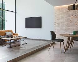 modernes wohnzimmer im stil des scandi lofts in erdfarben