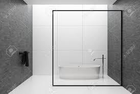 weiße fliesen und graues wand badezimmer interieur mit einem gefliesten weißen boden einem schwarzen handtuch in der ecke und einer weißen badewanne