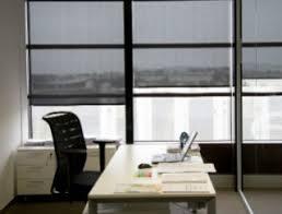 aux bureaux les stores adaptés aux bureaux dans une véranda