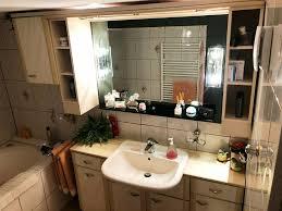 badezimmer möbel mit waschbecken und beleuchtung gute zustand
